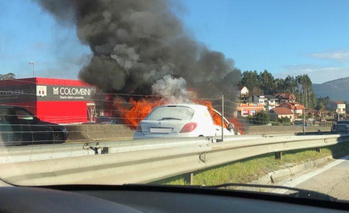 Arde un coche en la A-55 con 15.000 euros en el maletero