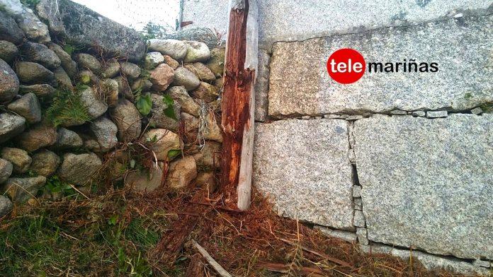 Vecinos de Oia temen la caída de un poste telefónico a la vía pública