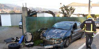 Tres heridos, entre ellos dos menores, tras volcar un turismo en una salida de vía en O Rosal