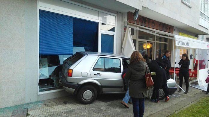 Un coche se empotra contra la sede del PP de Nigrán