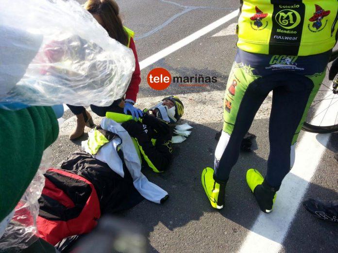 Un 'pegote' de hormigón provoca la caída de tres ciclistas en Tomiño