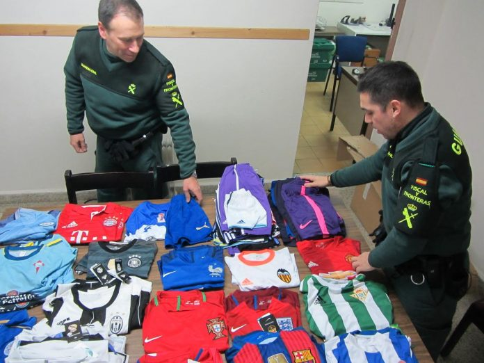 La Guardia Civil se incauta de una partida de ropa falsificada en un mercadillo ambulante