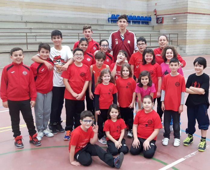 Víctor Villadóniga visita a su equipo de formación, el Club Baloncesto Nigrán