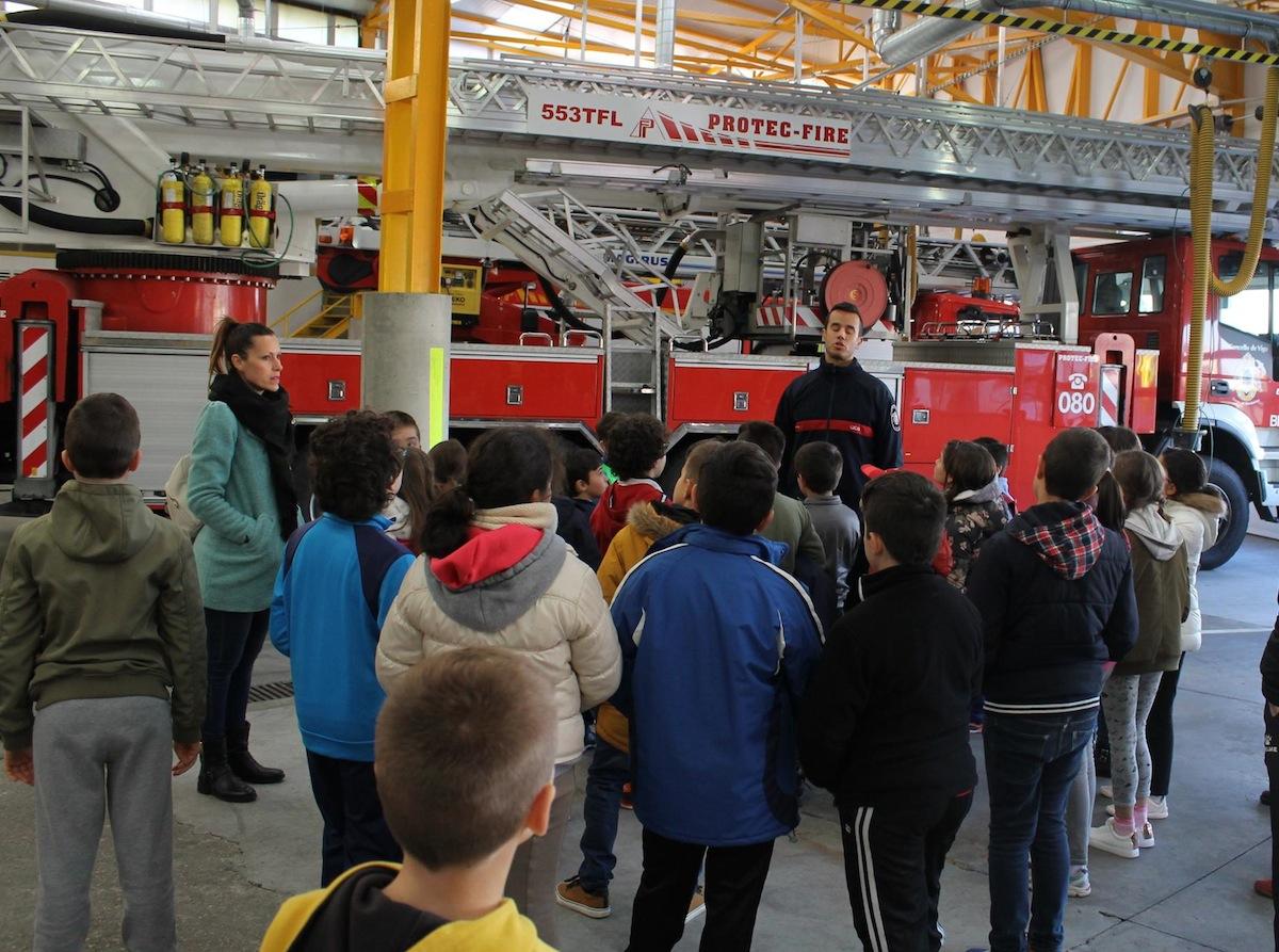 Los escolares en el parque de bomberos de Teis, Vigo