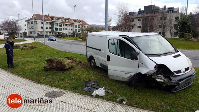 Un despiste al volante causa un accidente sin heridos en Baiona
