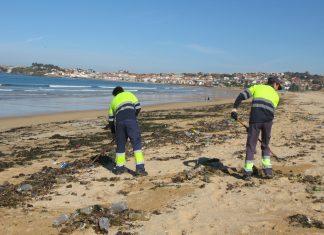 El temporal deja miles de botellas de plástico en las playas de Nigrán