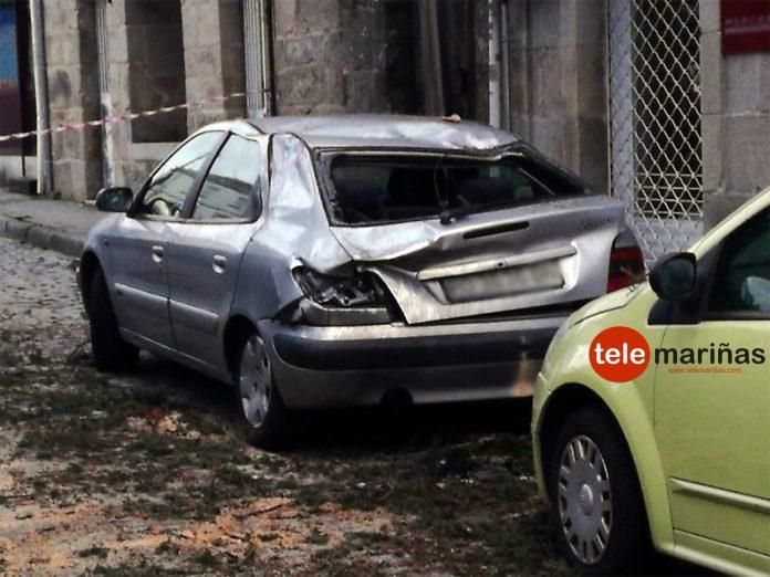La caída de una rama afecta a varios coches y a una casa en el casco urbano de Gondomar