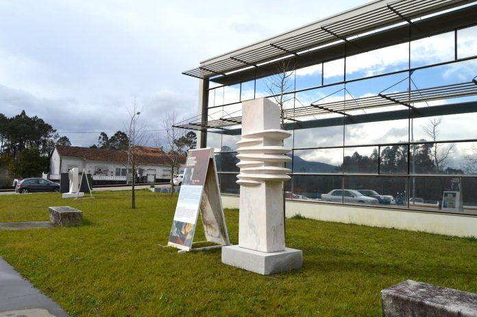 El centro de salud de Tomiño luce dos obras del II simposio internacional de escultura do Miño