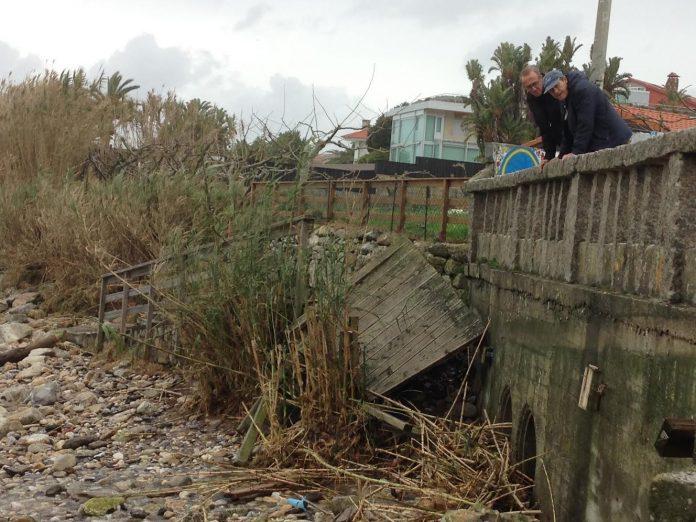 El fuerte oleaje destroza el paseo de madera en la playa de Prado