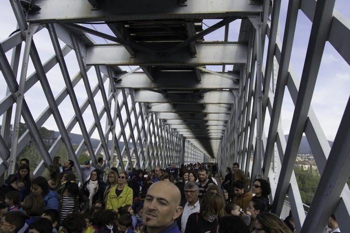 Niños de Tui y Valença conmemoran el 131 aniversario del viejo puente internacional con un abrazo