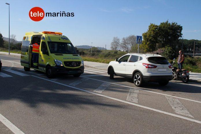 Dos heridos en una colisión por alcance entre una moto y un coche en Baiona