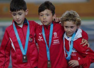 Oro, plata y récord autonómico en el campeonato gallego de pista cubierta para el guardés Álex Sierpes