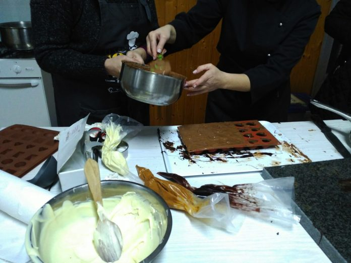 El taller de cocina sobre la elaboración de chocolates que organiza la OMIX de A Guarda, dependiente de la Concejalía de Juventud, dentro de su programación formativa para 2017 se inició la pasada semana. Los 16 alumnos están aprendiendo a realizar chocolates con frutos secos, chocolates con crema y fruta, pralinés y bombones o filigranas y decoraciones, entre otras deliciosas creaciones. El taller ya se desarrolló los días 15 y 22 de marzo con una gran acogida y satisfacción entre los participantes y finalizará la próxima semana, el miércoles 29 de marzo.