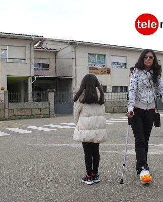 Solicitan un ascensor en un colegio de Goián para una niña con la enfermedad de los huesos de cristal
