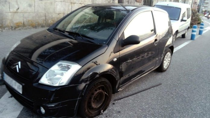 Buscan a una conductora que se dio a la fuga después de chocar contra tres vehículos estacionados en Baiona