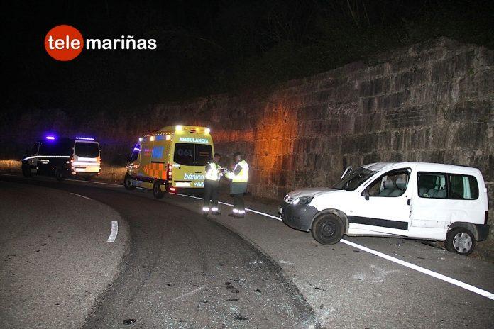 Dos heridos tras volcar en una rotonda de Gondomar