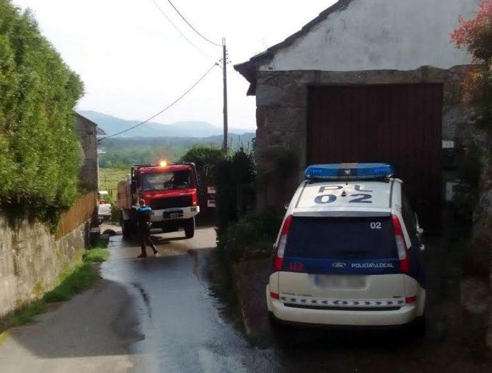 Sofocan un incendio forestal próximo a unas casas en Santa María de Tebra