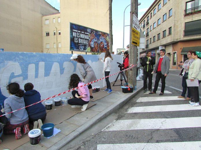 Un mural-grafitti da la bienvenida a los visitantes A Guarda
