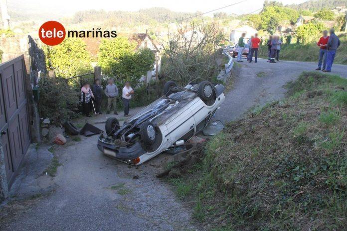 Un octogenario queda atrapado tras volcar el turismo que conducía en Gondomar