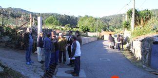 Un grupo de vecinos paraliza las obras de un camino en Baíña