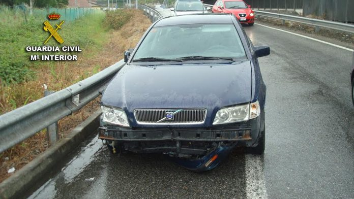 La Guardia Civil intercepta a un conductor en Pontevedra incorporándose a la AP-9 con las ruedas del vehículo pinchadas
