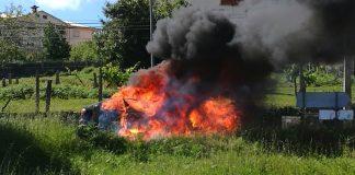 El incendio de un vehículo calcina el tendido eléctrico en Mos