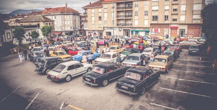 Cerca de un centenar de coches clásicos se pasearon por O Val Miñor