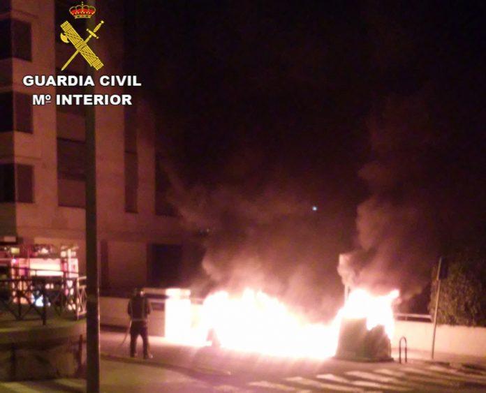Detienen a un joven de Baiona como supuesto autor del incendio intencionado de varios contenedores