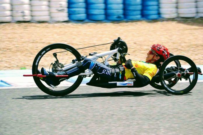 Roban las ruedas, gafas y casco, a la handbiker baionesa Mila López en Madrid