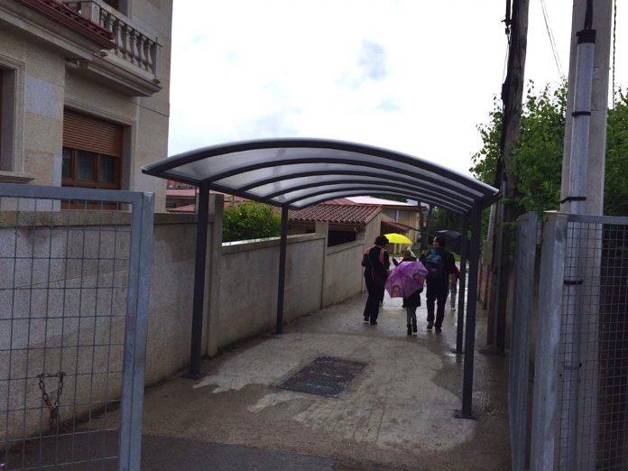 Nigrán instala una marquesina en el Humberto Juanes para los alumnos que esperan el autobús