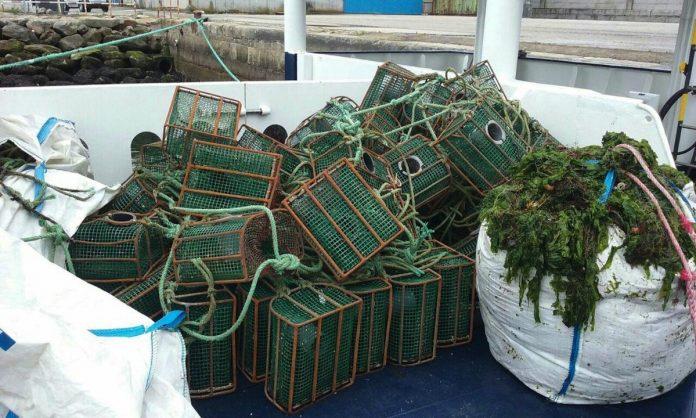 Los guardacostas requisan en Oia varios aparatos de pesca en un control contra el furtivismo