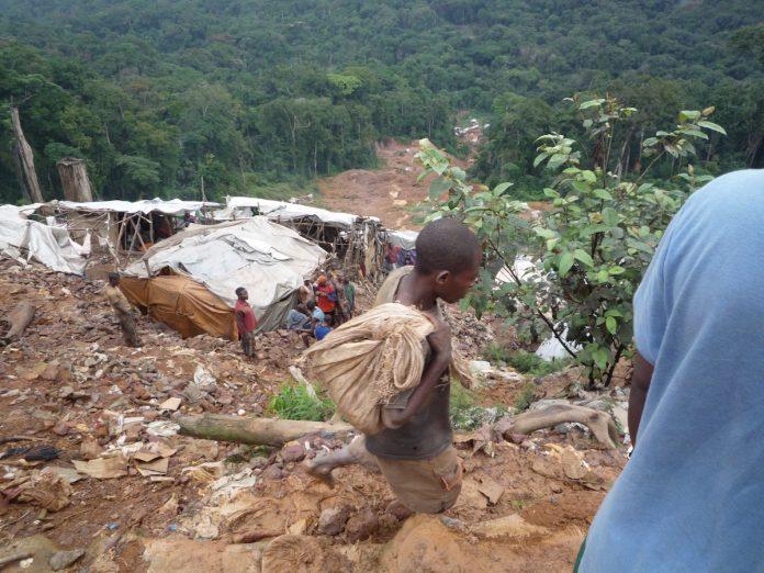 """Se proyecta en Nigrán el documental """"Sangre en el móvil"""", que aborda la extracción ilegal de coltán en el Congo"""