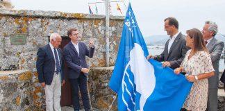 Feijóo iza la bandera azul en Baiona