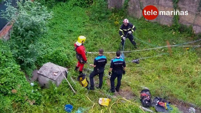 Los bomberos rescatan a un gato que se cayó dentro de un pozo en Tui