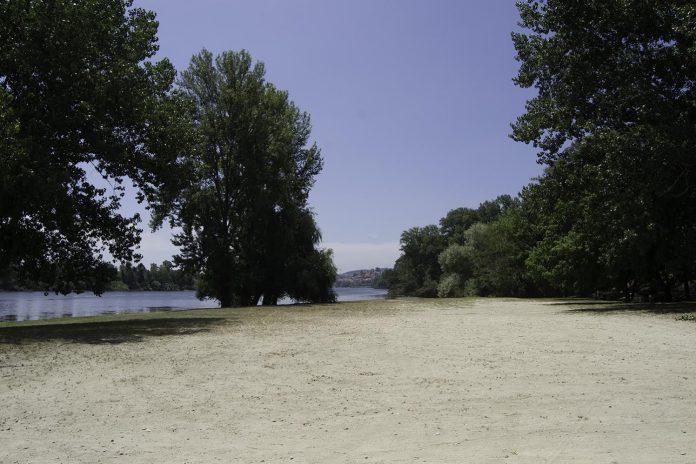 Tui acondiciona sus playas fluviales e instala aseos públicos