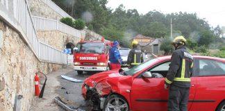 Dos heridos tras chocar contra un muro de piedra en O Rosal