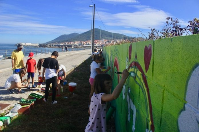 La senda litoral de A Guarda, engalanada con pinturas realizadas por jóvenes de la villa