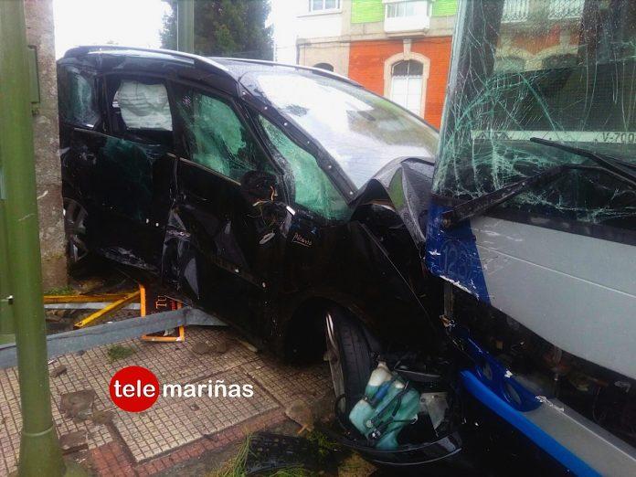 Un herido tras el choque entre un autobús y un coche en Goián