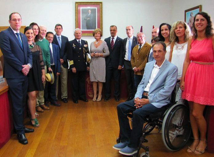 Baiona homenajea al Almirante Rafael Lorenzo Montero con la entrega de la Carabela de Oro