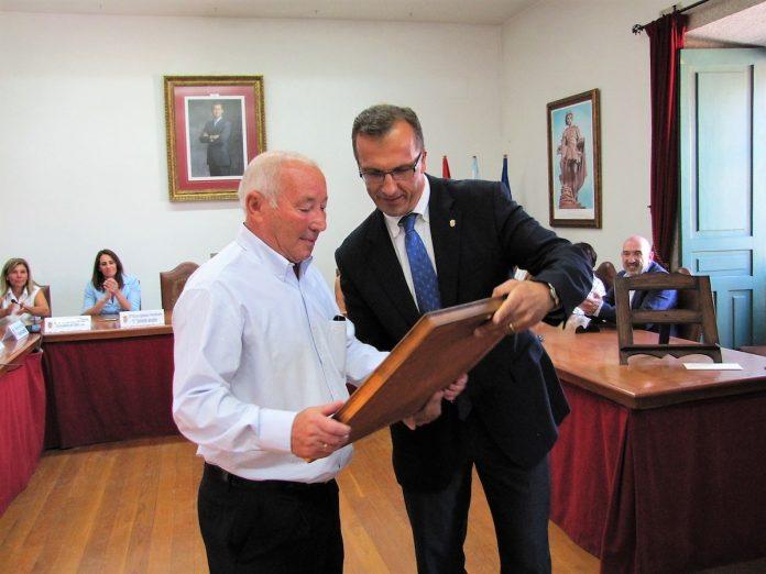 El costalero Roberto Leyenda recibe el Lazo de Honra de Baiona