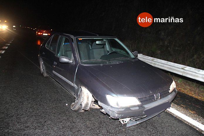 Un vehículo colisiona contra unas piedras que cayeron sobre la autopista en Baiona