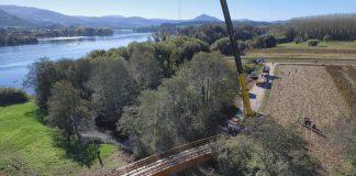 Tomiño instala un nuevo puente de madera en el río Pego