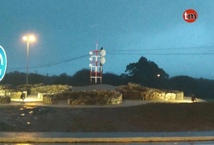 Aparece una antena de televisión en la rotonda de San Roque