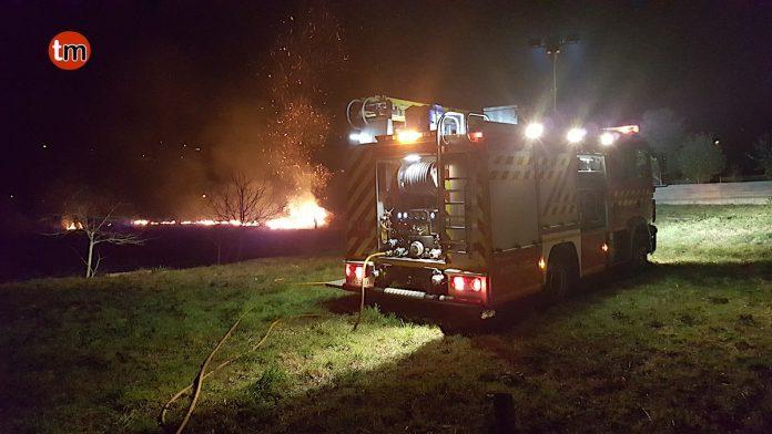 Un incendio forestal intencionado en Belesar con tres focos distintos