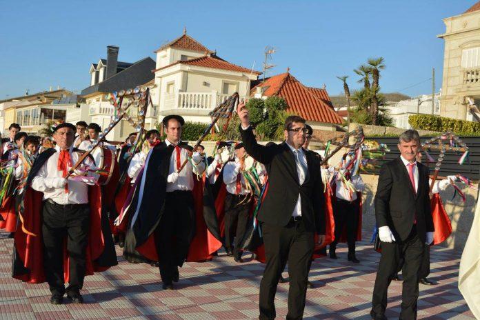 La rondallla de Parada celebra un desfile por todo Nigrán