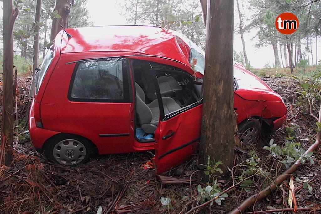 Herida una vecina de Camos tras chocar contra un árbol en Chan da Lagoa