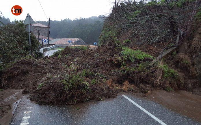 Un desprendimiento de tierra obliga a corta la carretera que une Vincios con Couso