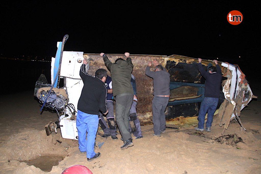 Aparece una embarcación completamente destrozada en Playa América