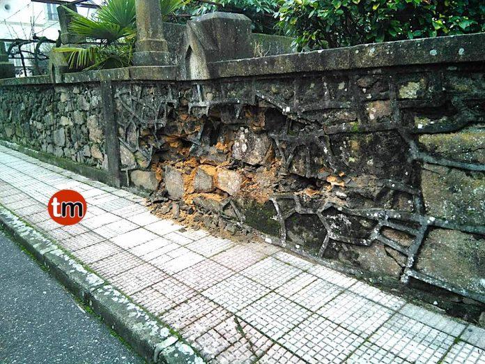 Se da a la fuga tras chocar contra un muro de piedra en Goián