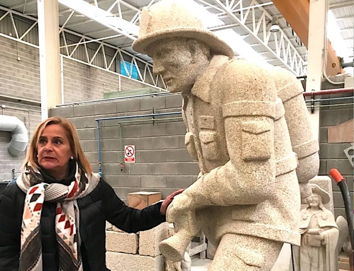 Una escultura de piedra recuerda a los dos brigadistas de Tomiño y Nigrán fallecidos en un incendio